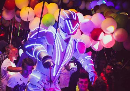 performer-robot-a-led-echassier-lumineux